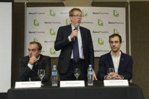 Juan Curutchet junto al intendente de Junín, Pablo Petrecca y el director del Banco Provincia, Diego Rodrigo, durante una reunión con más de 100 empresarios de la región.